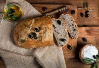 Brotsalat mit Olivenöl